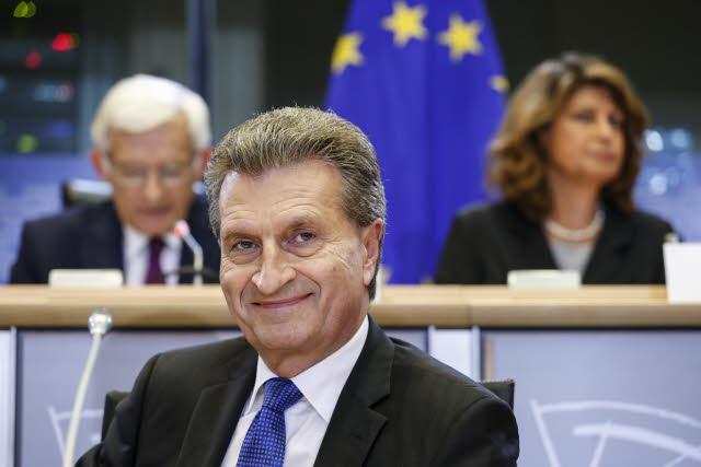 """""""Manchmal schreibe ich mir über mein Iphone selbst Termine in den Kalender, und behalte so immer die Übersicht"""", sagt Günther Oettinger. Foto: EP"""
