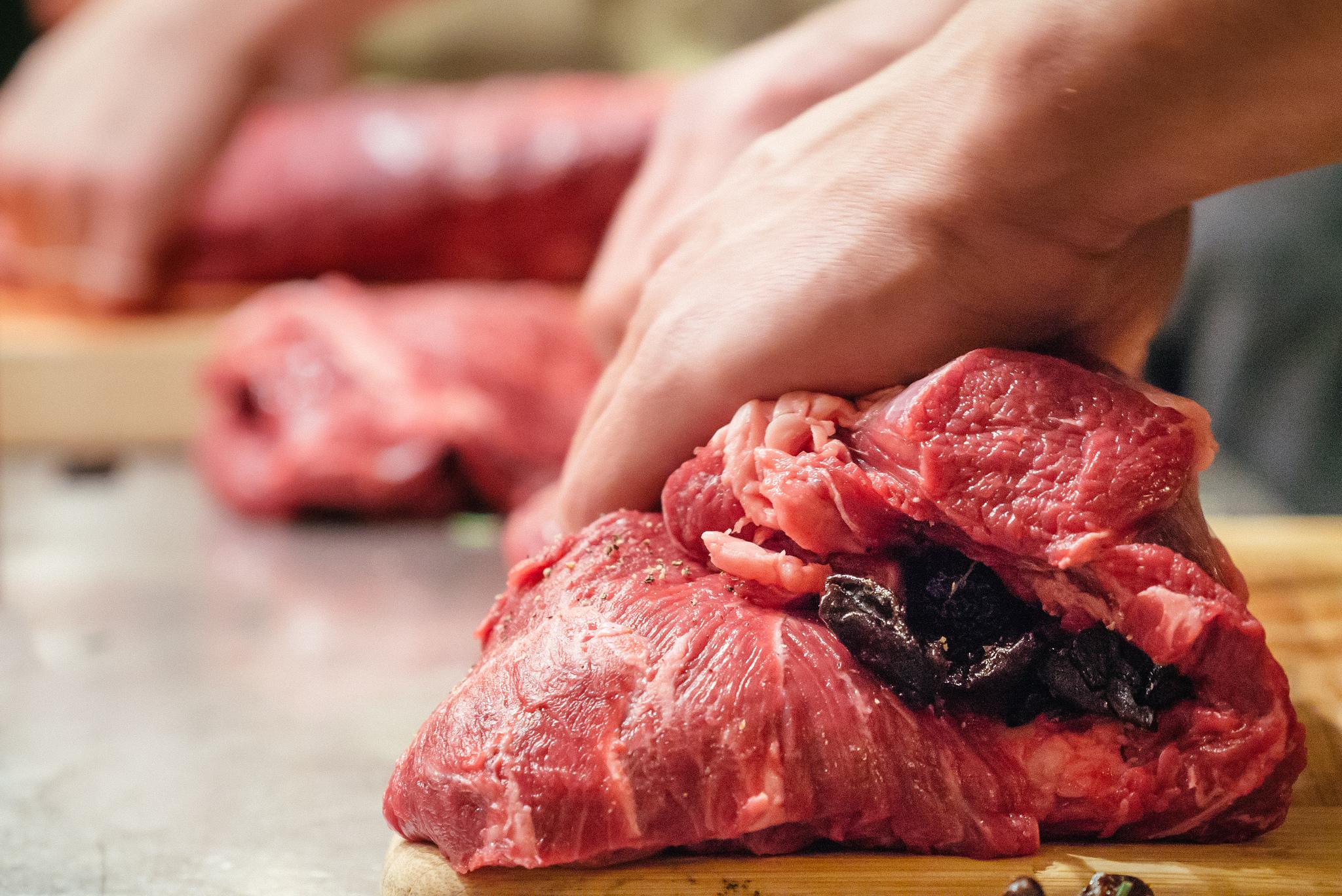 Der Fleischkonsum der Deutschen ist laut dem Ernährungsreport von Landwirtschaftsminister Schmidt noch immer hoch.