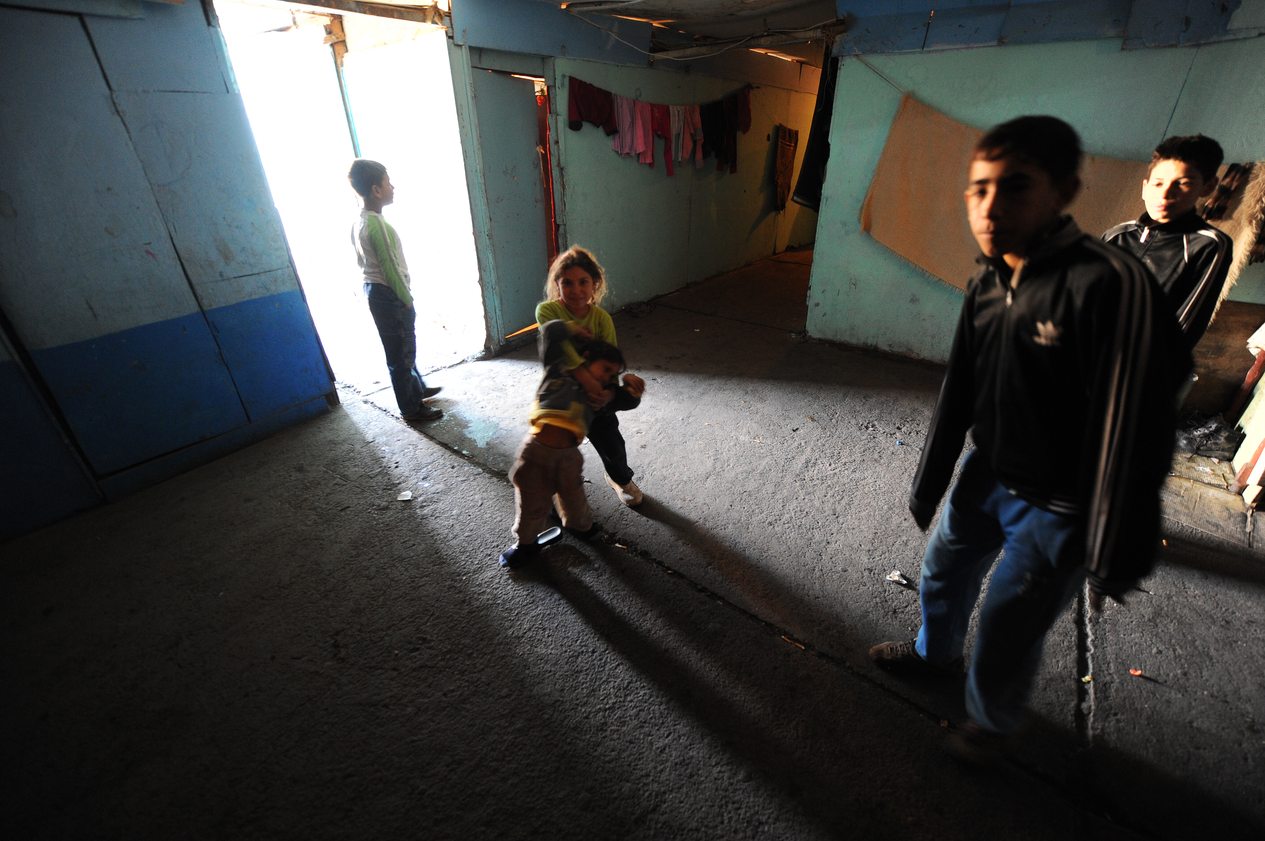Roma-Kinder in ihrer Unterkunft im Flüchtlingslager in Leposavic im Nordkosovo