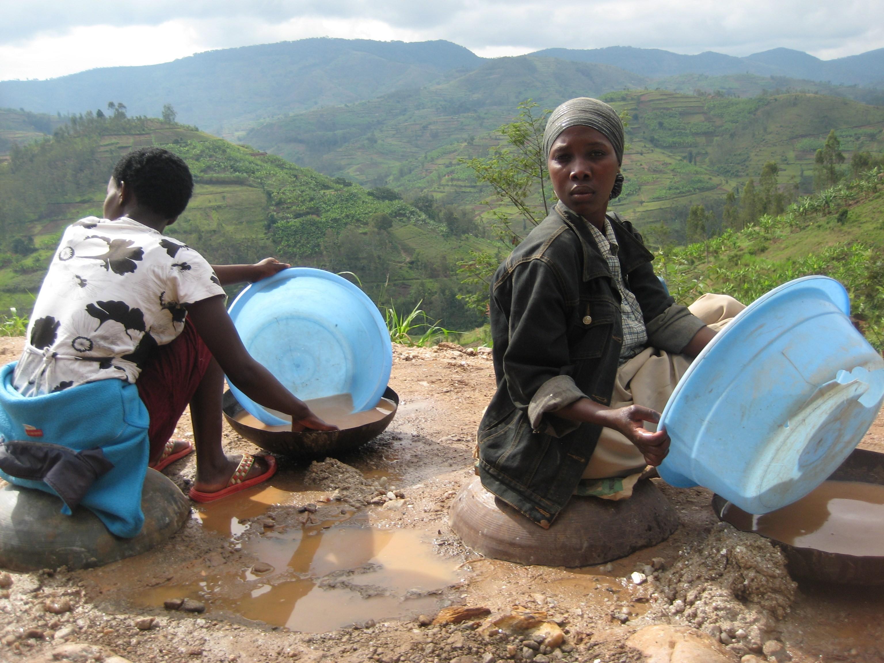 Arbeiter waschen in in Ruanda Coltan-Erz aus, das in Kondensatoren für Digitalkameras und Spielkonsolen, für Laptops, Flachbildschirme und Mobiltelefone genutzt wird.
