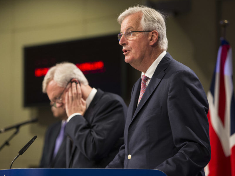 Michel Barnier und David Davis (links)