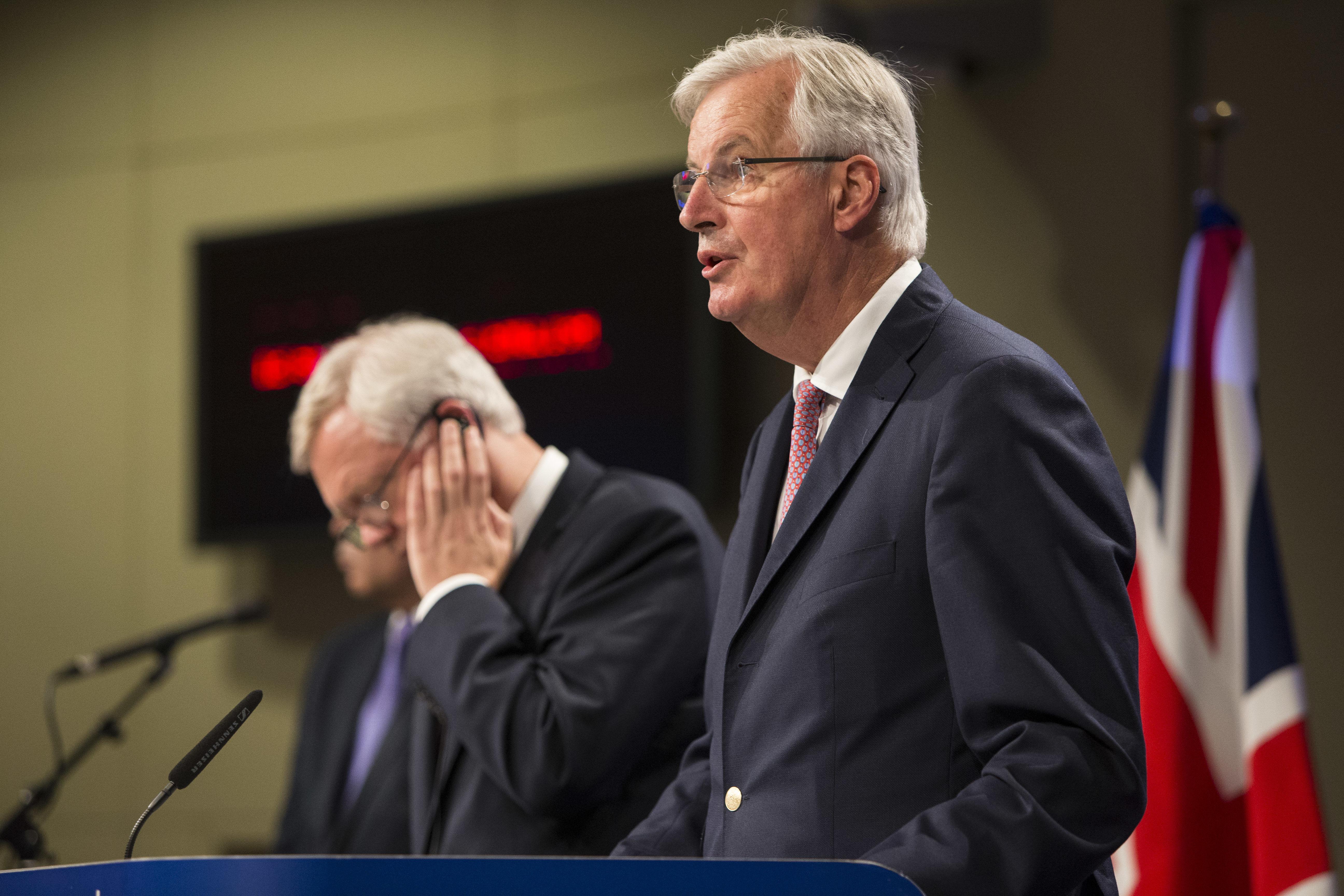Michel Barnier und David Davis (links)
